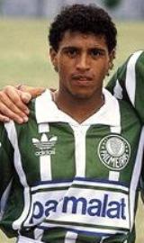Na estreia contra seu ex-time, Roberto Carlos foi discreto