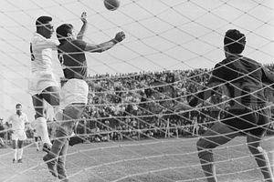 Perez (aqui encarando Pelé) foi o primeiro paraguaio do Verdão